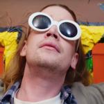 Macaulay Culkin korsfästs som Kurt Cobain i Father John Mistys nya video